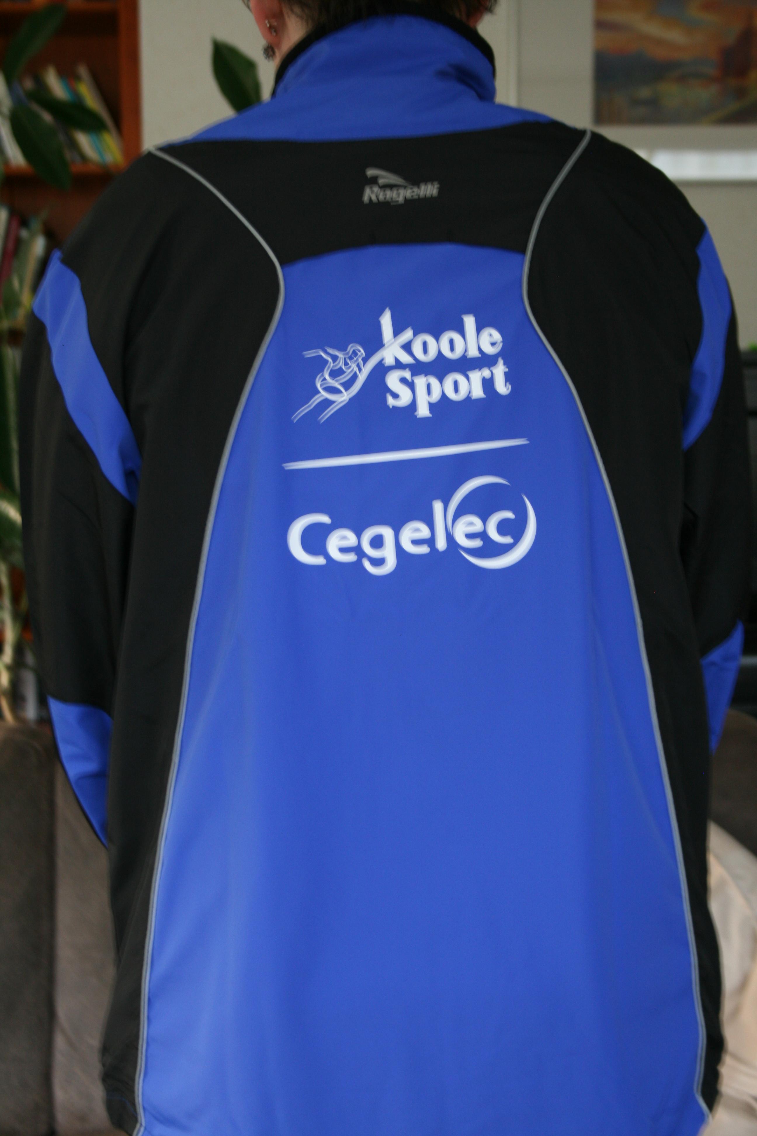 f52f3cbcd66 Het Teamjack is inmiddels in de bekende kleur blauw van ons team9. Wij  bedanken Koolesport voor de kleding en de PWG voor het bedrukken.